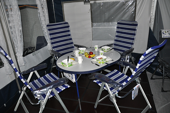 Las sillas y mesas de crespo se exponen en alemania el Mesas y sillas de camping